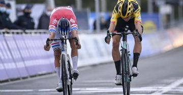 Tour de Flanders - van der Poel bate Van Aert e Alaphilippe quebra mão em tombo