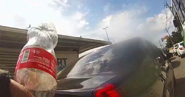 Vídeo - Ciclista no Rio devolve lixo jogado por passageiro de carro