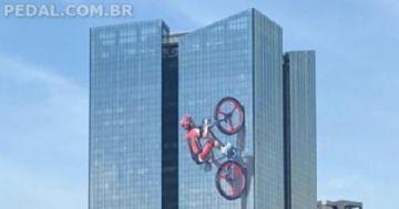 Santander adesiva imagem de ciclista na fachada de sua sede em SP
