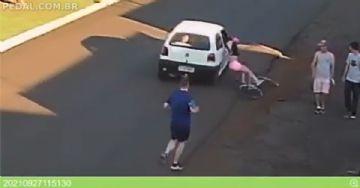 Repugnante! Mulher sofre assédio pedalando e cai no asfalto