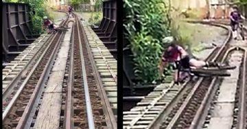 Vídeo mostra ciclista caindo de ferrovia suspensa no Rio