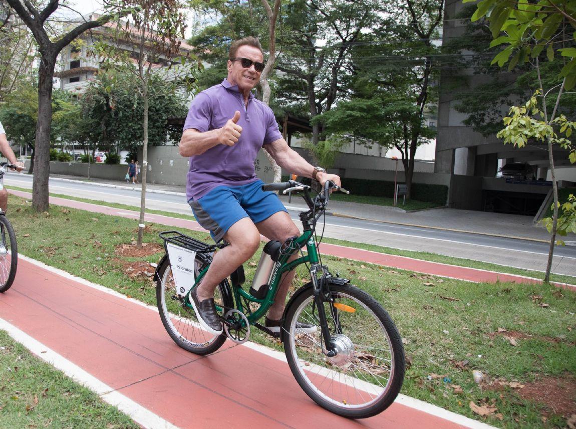 cf8b09491 Schwarzenegger passeia de bike por São Paulo - Pedal