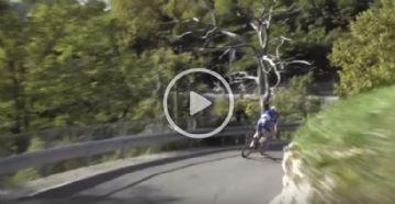Il Lombardia 2017 - Vídeo - Belga passa por cima de guard rail e cai no penhasco