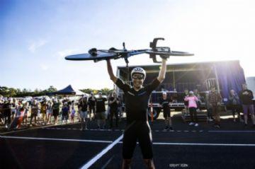 Australiano pedala quase 900km e quebra record de distância em 24 horas