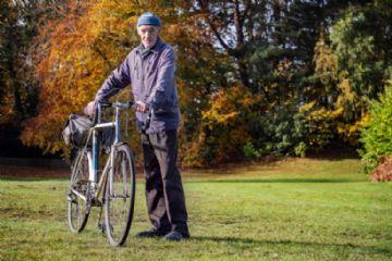 Senhor de 82 anos se torna a primeira pessoa no Reino Unido a pedalar um milhão de milhas