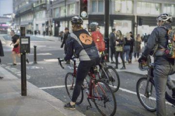 Vídeo - Ford cria jaqueta que projeta Emojis para melhorar comunicação com motoristas